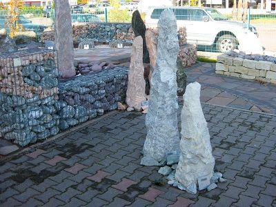 Naturstein Stele